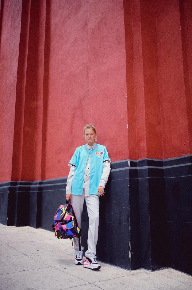 Blusa y pantalón Alfredo Martínez, Casaca Mitchell and Ness para NBA Fashion, Aretes Stromboli Associates, Anillo Thalatha, Tenis y mochila Steve Madden