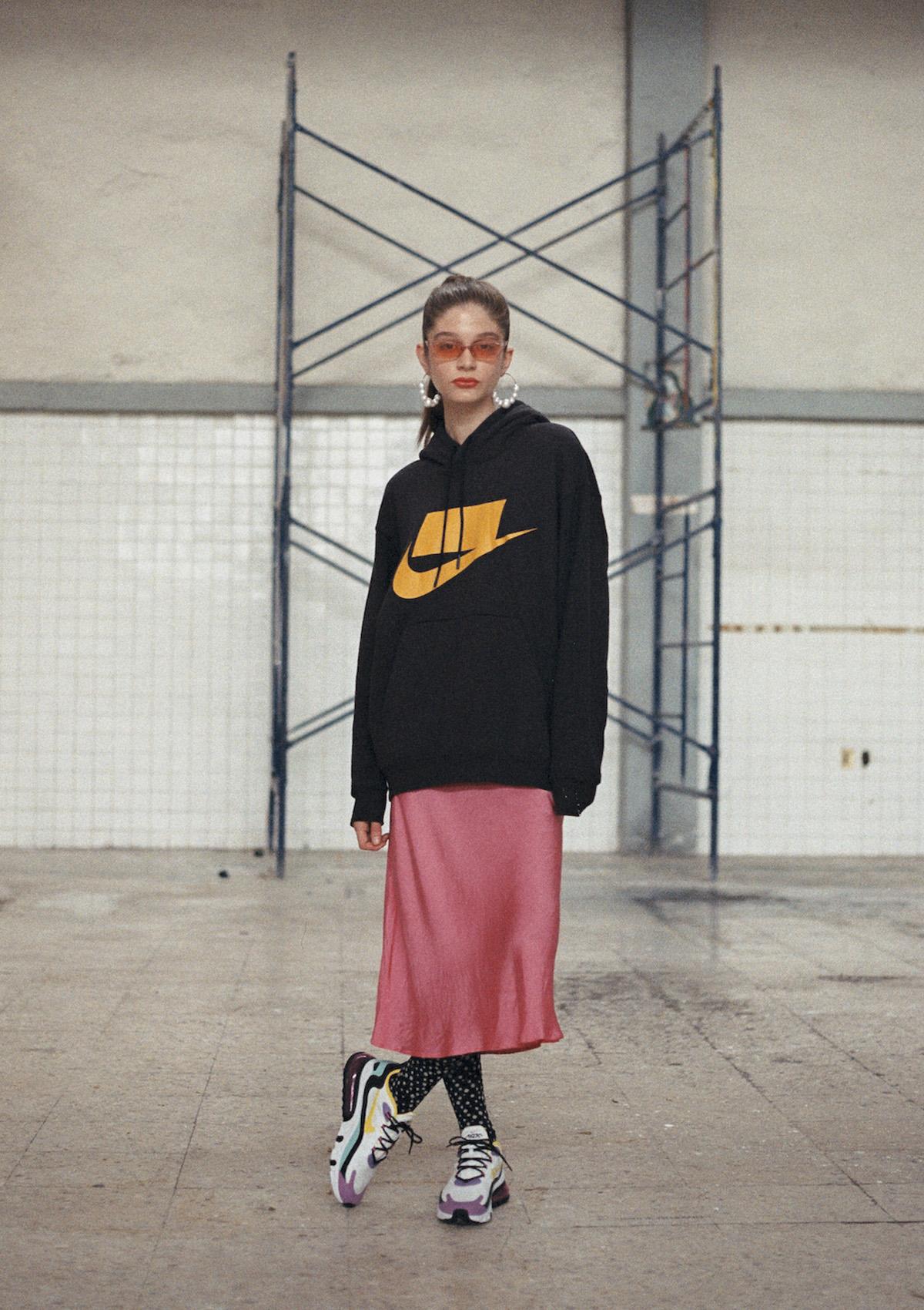 Sudadera Nike Sportpack, Vestido Zara, Aretes Bershka, Lentes y medias propiedad de la stylist