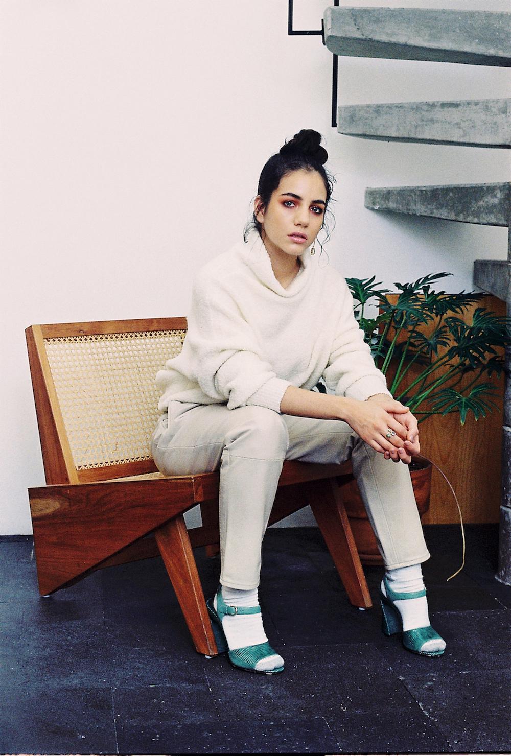 Suéter Bimba y Lola, Pantalón Alin Jotar, Zapatos Savatore Ferragamo, Arete Maria Salinas Calcetines : propiedad del stylist