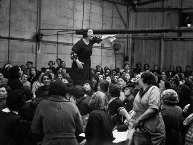 Rose Zehner frente a trabajadoras en 1938. Foto por Willy Ronis